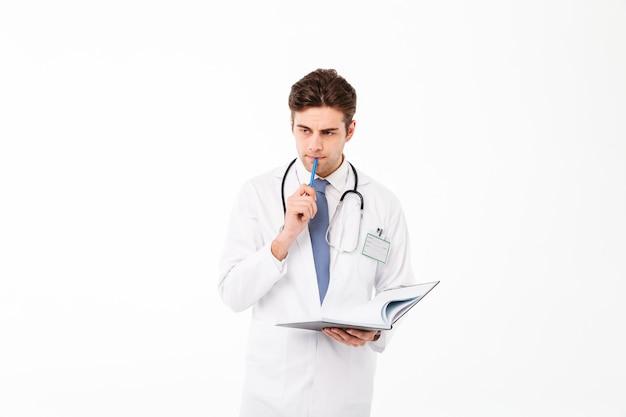 Retrato de un joven médico pensativo con estetoscopio