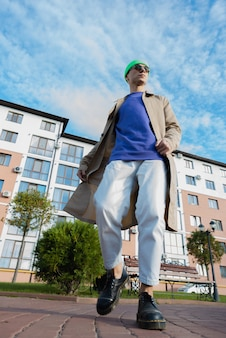 Un retrato de un joven mientras mira hacia arriba en la calle