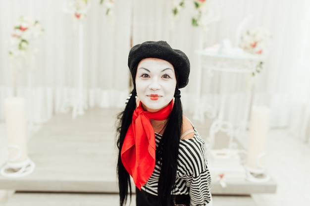 Retrato de joven mime con sombrero negro