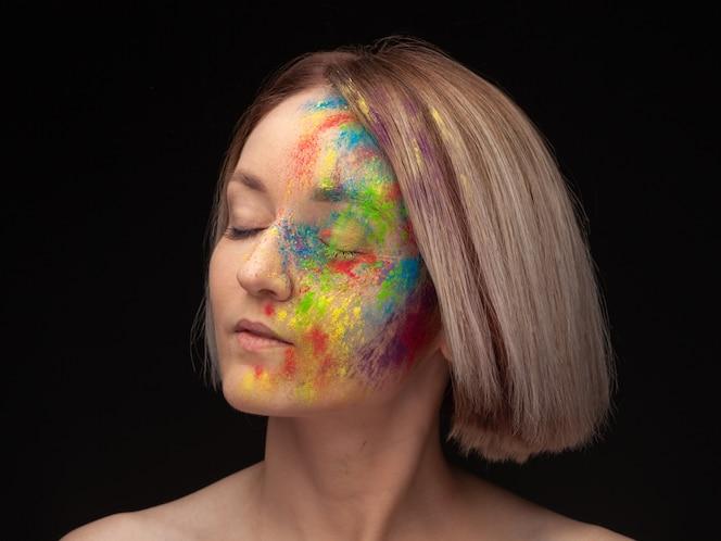 Retrato de joven modelo con brillante colorido mezcla de pintura.