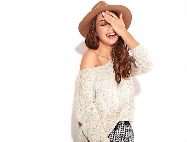 Retrato de joven modelo elegante chica en ropa casual de verano en sombrero marrón con maquillaje natural aislado.