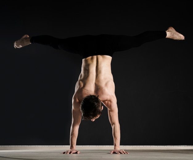 Retrato de joven modelo masculino de entrenamiento
