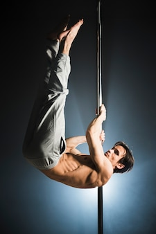 Retrato de joven modelo masculino pole dance