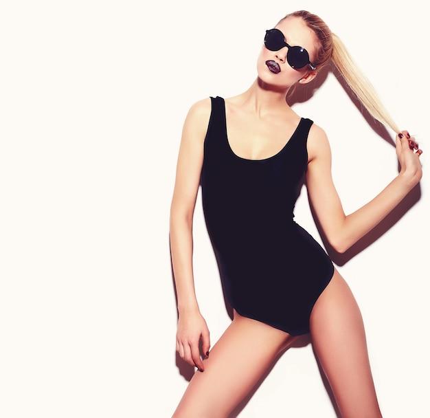 Retrato de joven modelo de mujer feliz con maquillaje brillante y labios coloridos en traje de baño negro de verano hipster aislado en blanco. volviéndose loco