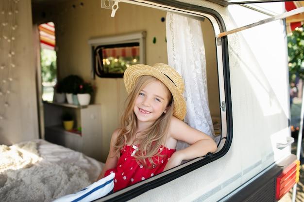 Retrato de joven muchacha bonita en autocaravana