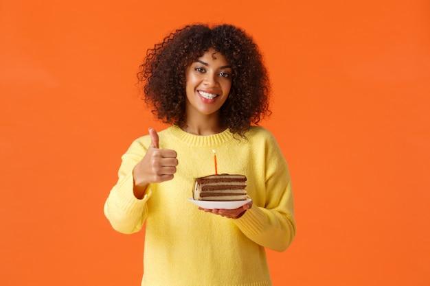 Retrato joven mujer afroamericana con un pedazo de pastel