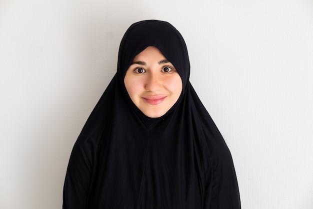 Retrato, de, joven, mujer asiática, llevando, hijab