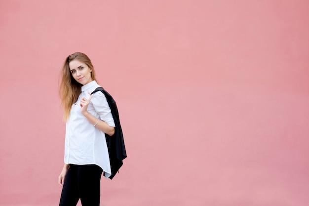 Retrato de joven mujer atractiva o modelo