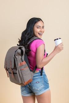Retrato de una joven mujer atractiva de viaje
