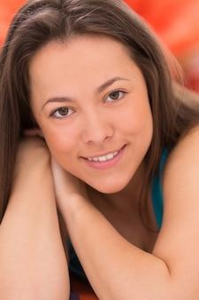 El retrato de una joven mujer bella