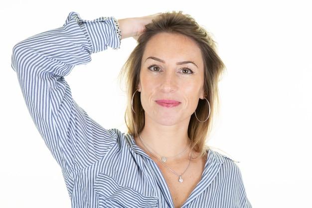 Retrato joven mujer bonita rubia de pie sobre un blanco