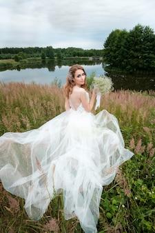 Retrato de joven mujer bonita en vestido de novia blanco