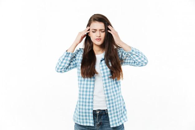 Retrato de una joven mujer casual que sufre de migraña