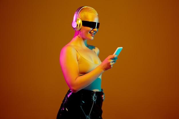 Retrato de joven mujer caucásica en gafas de moda