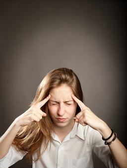 Retrato de joven mujer concentrada pensando