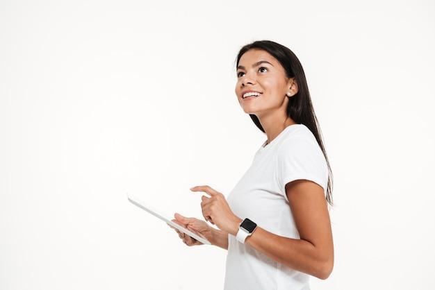 Retrato de una joven mujer feliz con tablet pc