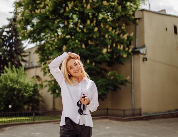 Retrato de una joven mujer de negocios rubia sonriente
