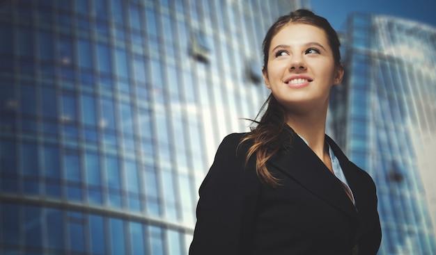 Retrato de una joven mujer de negocios sonriente