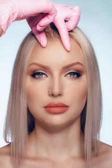 Retrato de joven mujer de raza blanca. concepto de inyección cosmética de botox