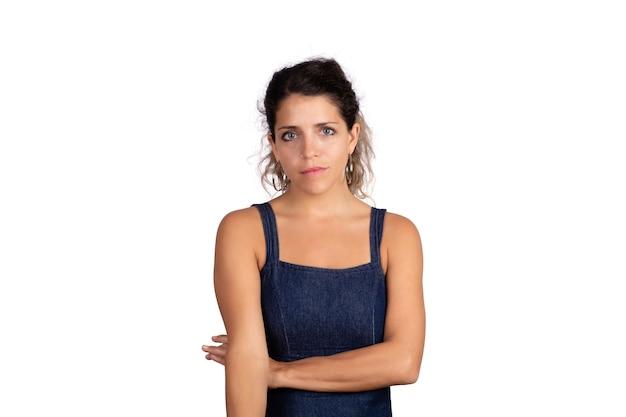 Retrato, de, joven, mujer seria, con, brazo cruzado