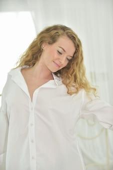 Retrato de una joven mujer sexy hermosa y feliz