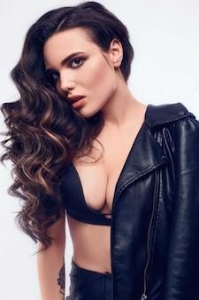 Retrato de joven mujer sexy con pelo largo en chaqueta de cuero