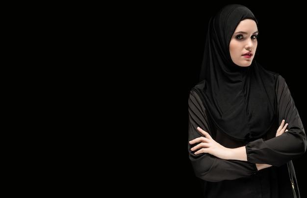 Retrato de joven musulmana en ropas tradicionales