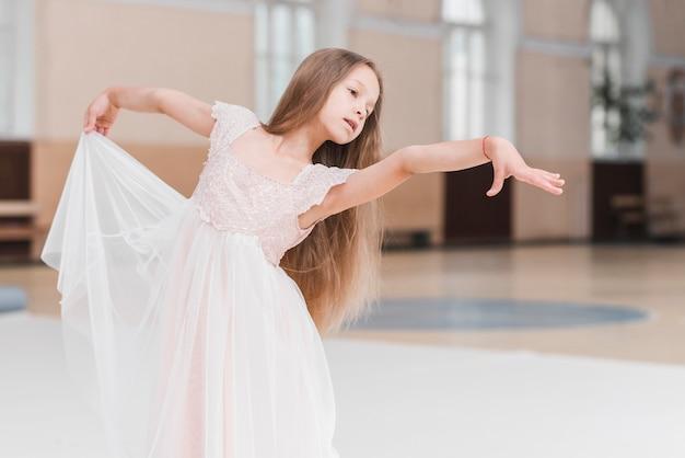 Retrato de joven niña bailando