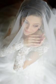 Retrato de una joven novia hermosa disparó desde un ángulo alto.