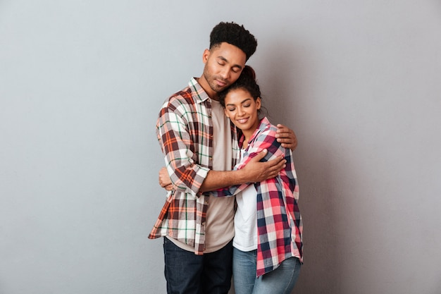 Retrato de una joven pareja africana amorosa abrazando