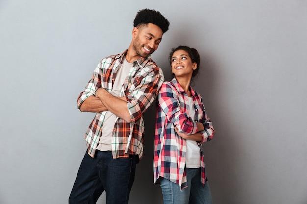 Retrato de una joven pareja africana amorosa de pie juntos