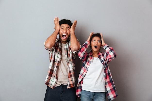 Retrato de una joven pareja africana aterrorizada gritando