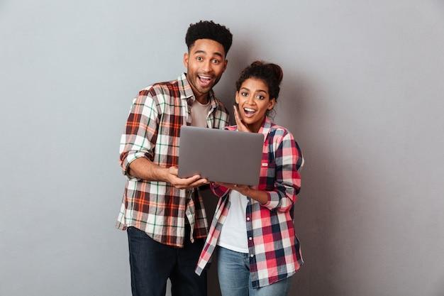 Retrato de una joven pareja africana emocionada