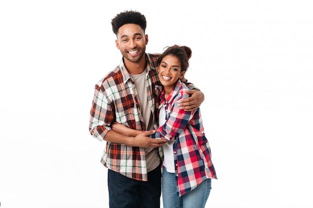 Retrato de una joven pareja africana feliz abrazando