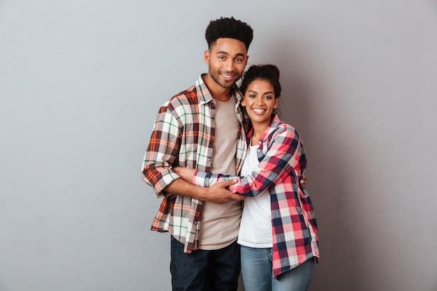 Retrato de una joven pareja africana feliz