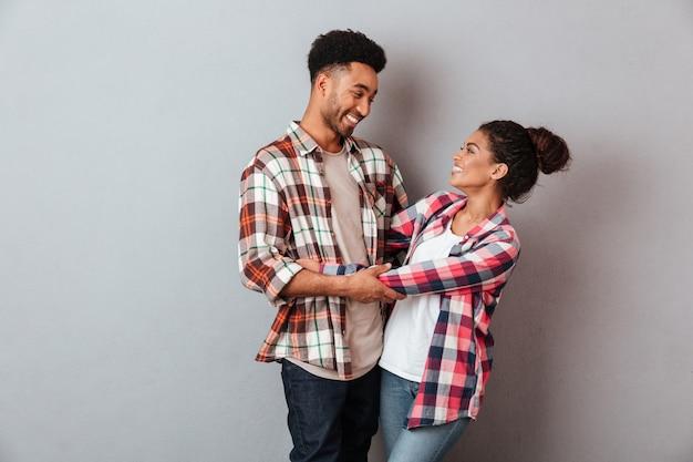 Retrato de una joven pareja africana sonriente