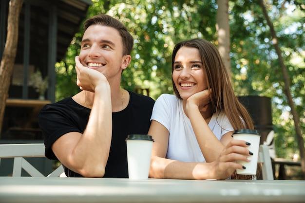 Retrato de una joven pareja alegre tomando café