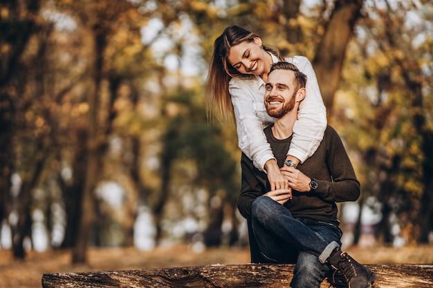 Retrato de una joven pareja amorosa abrazándose y sonriendo