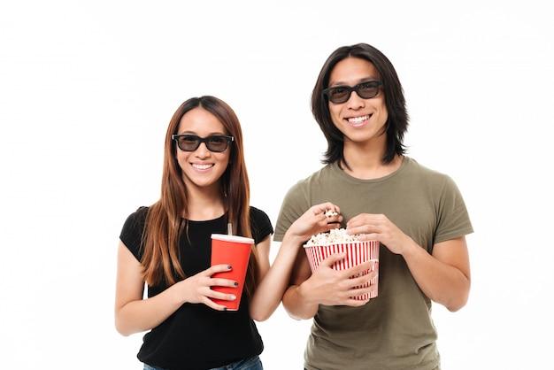 Retrato de una joven pareja asiática sonriente en gafas 3d