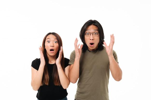Retrato de una joven pareja asiática sorprendida