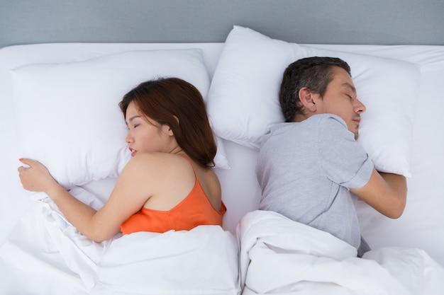 Retrato de la joven pareja durmiendo juntos en la cama