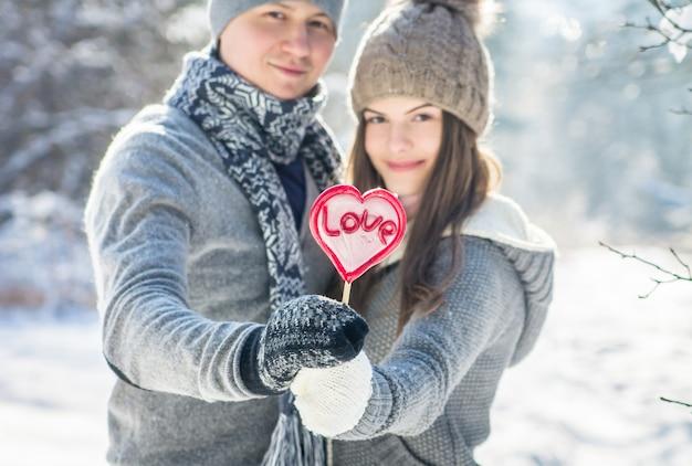 Retrato de joven pareja enamorada de piruleta