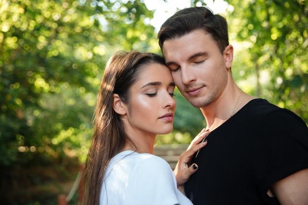Retrato de una joven pareja encantadora en el amor