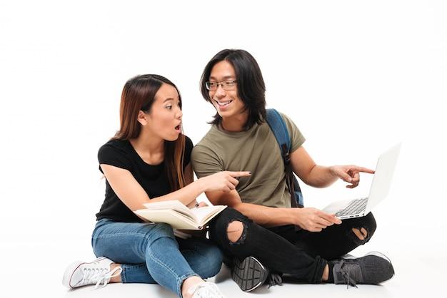 Retrato de una joven pareja de estudiantes asiáticos emocionados