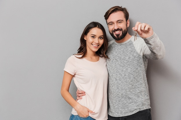 Retrato de una joven pareja feliz abrazando