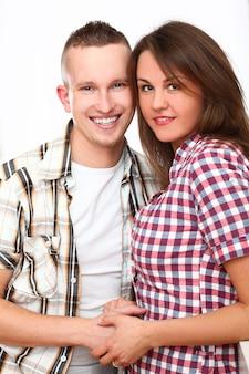 Retrato de la joven pareja feliz