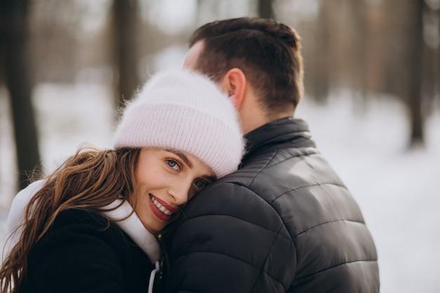 Retrato de una joven pareja juntos en invierno el día de san valentín