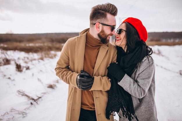 Retrato de joven pareja en el parque de invierno