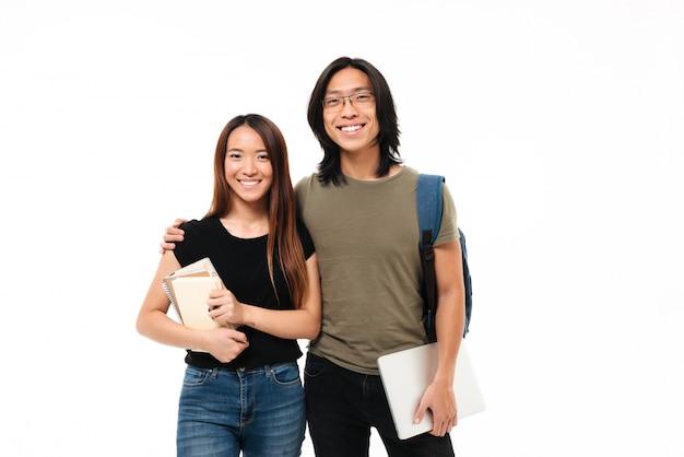 Retrato de una joven pareja sonriente de estudiantes asiáticos
