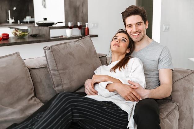 Retrato de una joven pareja sonriente relajarse juntos